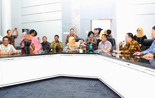 TEMUI STAFF: Gubernur Jawa Timur Khofifah Indar Parawansa (jilbab kuning) bersama Sekdaprov Heru Tjahjono saat mengunjungi Command Center Dinas Kominf