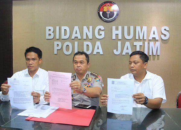 LENGKAP: Kabid Humas Polda Jatim Kombes Pol Frans Barung Mangera (tengah)  menunjukkan berkas kasus Gus Nur di Polda Jatim.