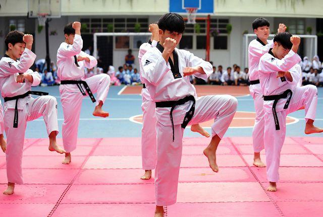 MEMUKAU: Sejumlah siswa tingkat SMA dan SMP asal Busan, Korea Selatan, menunjukkan kebolehannya menari tarian khas Korea. Bela diri taekwondo ditampil