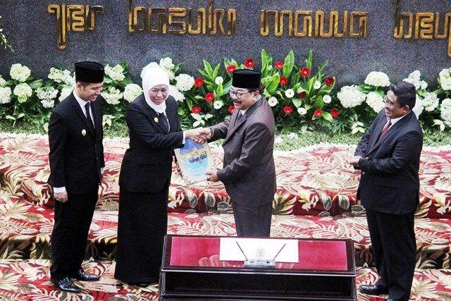 SERAH TERIMA: Gubernur Jatim periode 2019-2024, Khofifah Indar Parawansa (dua dari kiri) didampingi Wagub Emil Dardak (kiri) menerima berkas dari Gube