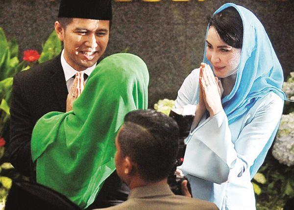 SEMPAT HADIR: Wagub Jatim Emil Dardak dan istri Arumi Bachsin saat menghadiri paripurna di DPRD Jatim, Senin (18/2).