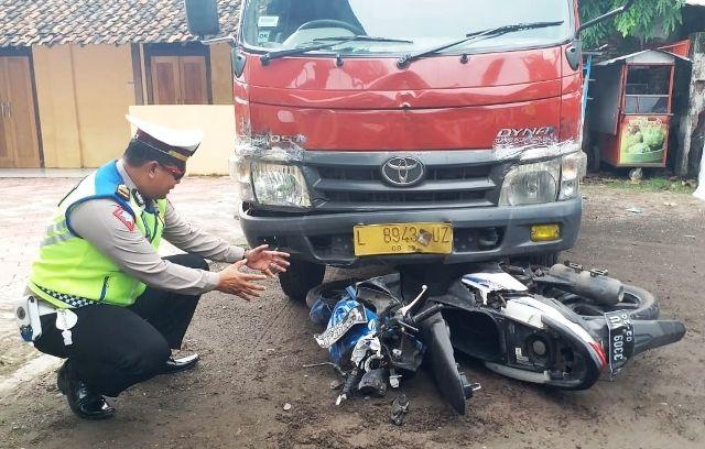 OLAH TKP: Polisi melakukan penyelidikan di lokasi kecelakaan