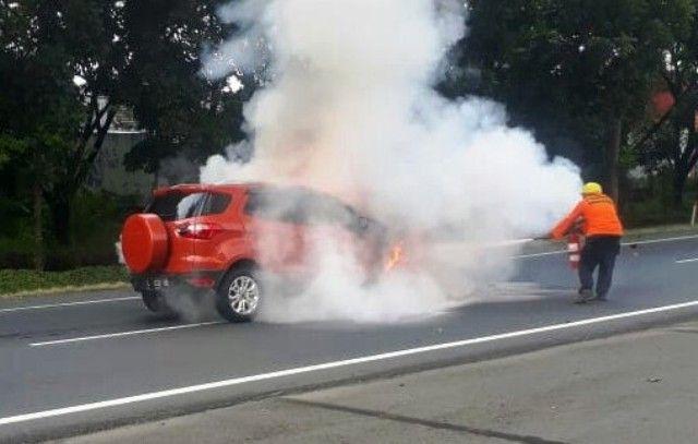 BERASAP: Mobil Ford Eco-Sport yang terbakar di Tol Juanda arah Waru.