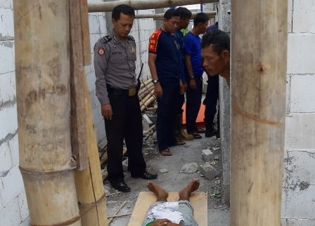 TAKDIR: Jenazah Sardiyo tergeletak di lokasi proyek bangunan di Jalan Veteran, Banjarkemantren, Buduran.