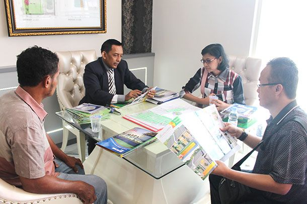 LAYANI KONSUMEN: Marketing melayani rektor universitas di Bandung Moh Mukhrojie (kanan) di kantor pusat Quality Group Kavling DPR IV No 8 Sidoarjo.