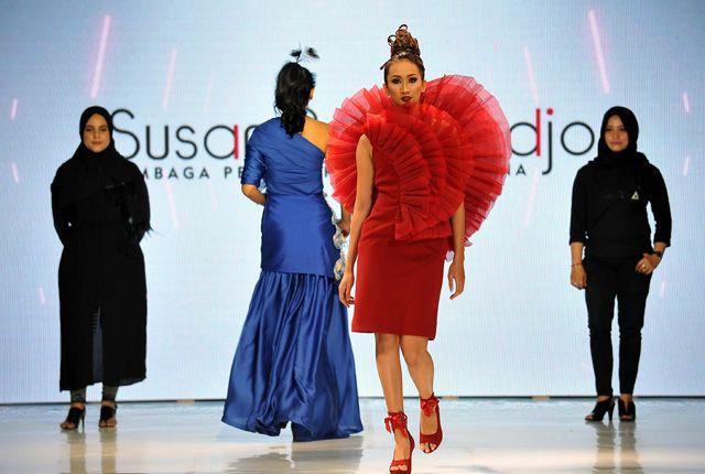 HAUTE COUTURE: Seorang model berpose dengan mengenakan busana Haute Couture karya siswa LPTB Susan Budiharjo, yang mendapatkan beasiswa dari Pemkot Su