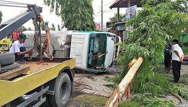 NAHAS: Truk muatan air terguling setelah oleng dan menabrak pohon di Jalan Diponegoro Prambon.