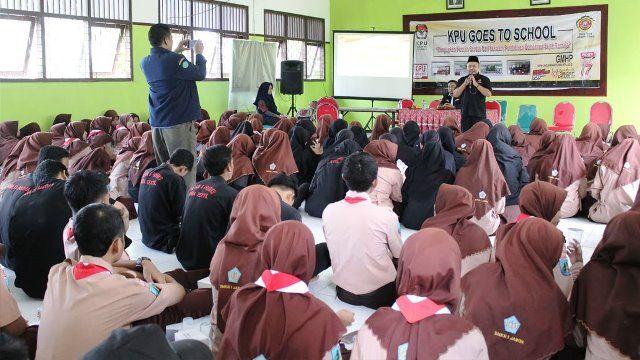 PEMULA: Sosialisasi yang dilakukan KPU ke para pelajar di Jabon.