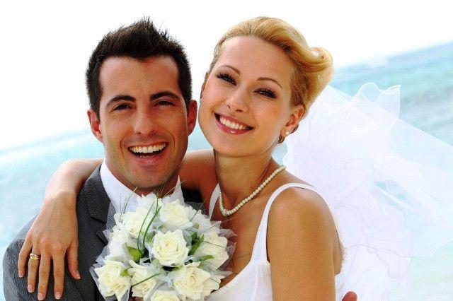 BAHAGIA: Senyum menjadi poin penting ketika kita menjalani pesta pernikahan.