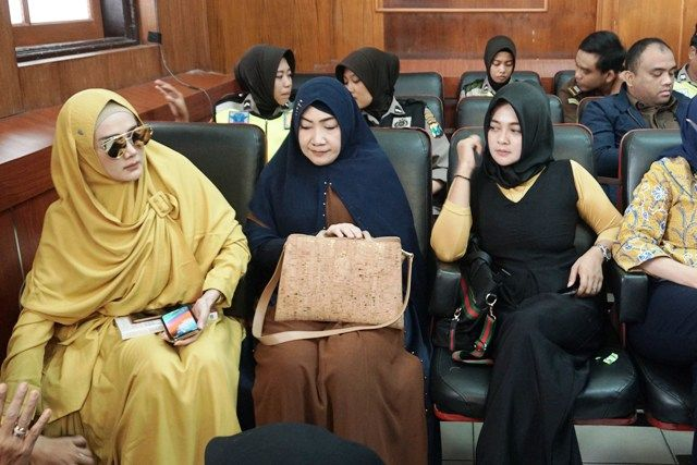 DIHADIRI ISTRI: Mulan Jameela (kiri) saat mendampingi Ahmad Dhani menjalani sidang lanjutan di PN Surabaya, Selasa (5/3).