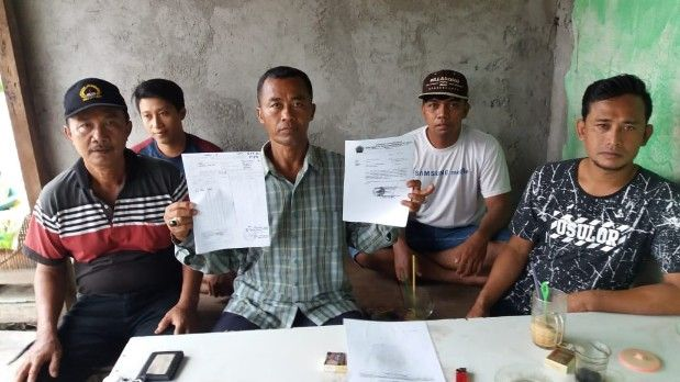 PROTES: Pemuda Karang Taruna Dusun Bendil, Desa Kepatihan, Kecamatan Menganti menunjukkan surat protes kepada kepala desa.