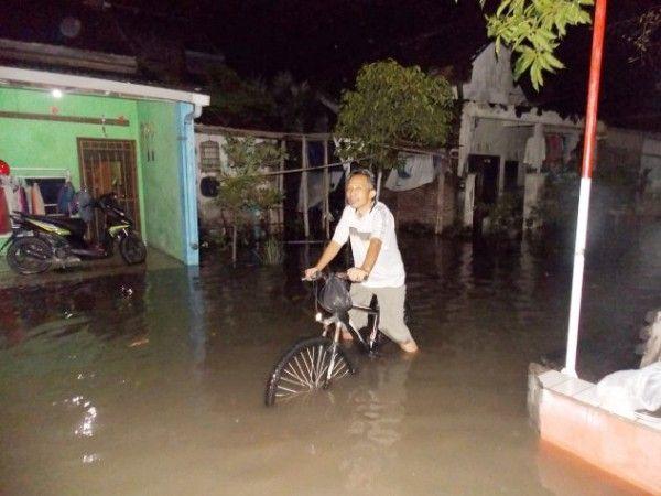 TENGGELAM: Warga Desa Sumput mengevakuasi barang-barang yang ada di dalam rumah agar tidak terendam air.