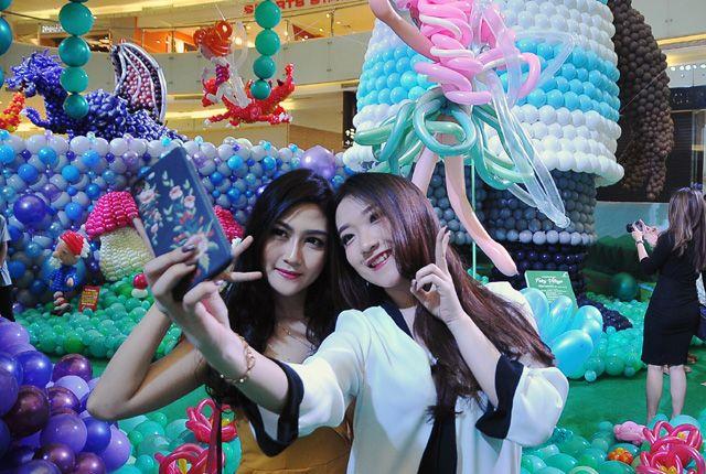 MENGAGUMKAN: Dua orang influencer Surabaya, Michelle Livia (kiri) dan Cherry Ann berswafoto dengan latar belakang berbagai macam karakter yang dibentu