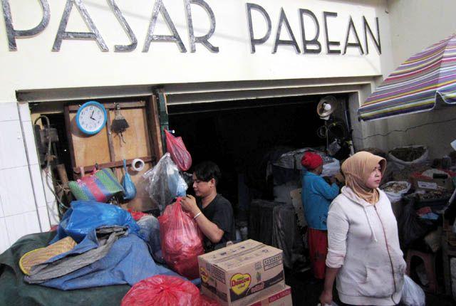 DIRELOKASI: Sejumlah pedagang berada di area Pasar Pabean, Jalan Panggung, Surabaya, Selasa (12/3).