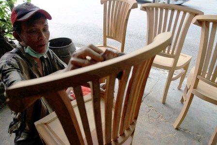 BUTUH DUKUNGAN PEMERINTAH: Pekerja melakukan produksi mebel di kawasan Wonokromo, Surabaya. Himpunan Industri Mebel dan Kerajinan Jatim mengeluhkan Pe