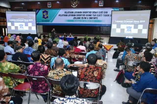 LATIHAN: Kabid Sekmen Dispendik Kota Surabaya Sudarminto saat memberikan saat gelar pelatihan LOS dan LOOT.