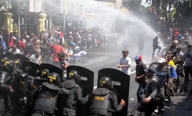 ANTISIPASI: Polisi membubarkan aksi unjuk rasa 'massa' yang ricuh saat simulasi pengamanan Pemilu 2019 di Alun-Alun Sidoarjo.