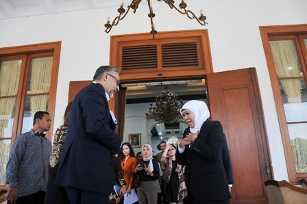 KERJA SAMA PENDIDIKAN: Gubernur Jatim Khofifah Indar Parawansa (kanan) bersama Dubes Inggris untuk Indonesia Moazzam Malik di Gedung Negara Grahadi Surabaya.