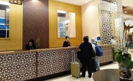 KUNJUNGAN TAMU: General Manager Hotel Santika Tjatur didampingi staf saat berkunjung ke Radar Gresik.