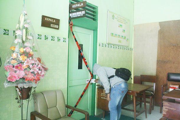 DISEGEL : Usai mengamankan Muhamad Muafaq Wirahadi, KPK langsung menggeledah dan menyegel ruang kantornya.