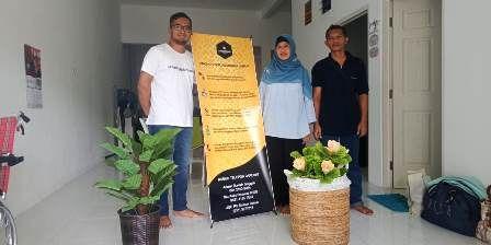 PEDULI : Syamputra Isroza bersama Galuh Anjungsari pasien kanker asal Sidoarjo.
