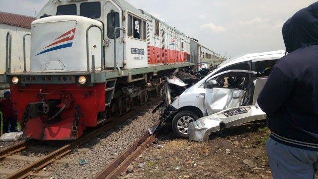 CELAKA: Chevrolet Spin yang hancur setelah tertabrak KA Penataran di Desa Tenggulunan, Kec Candi.