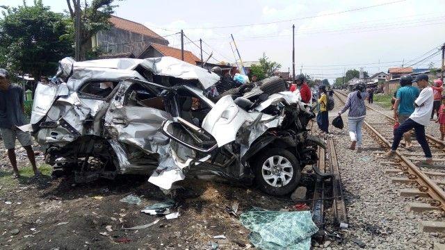 PETAKA: Chevrolet Spin yang hancur setelah tertabrak KA Penataran di Desa Tenggulunan, Kec Candi.