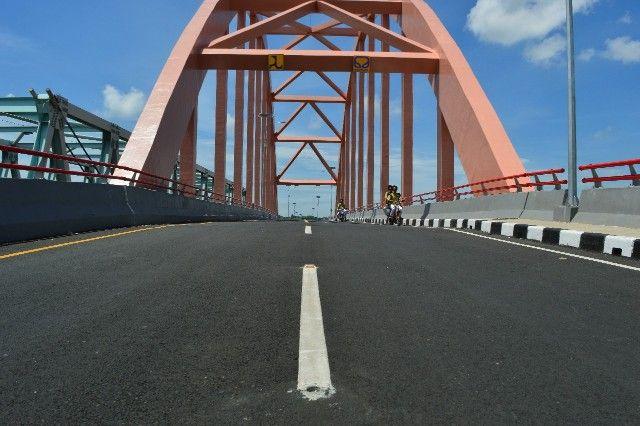 BERLUBANG: Meski belum diresmikan, belasan paku jalan yang berada di atas Jembatan Sembayat baru telah hilang dipreteli pencuri.