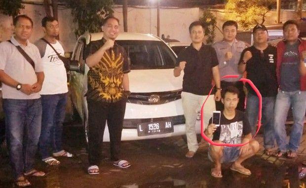 BEJAT: Polisi menunjukkan tersangka Bambang Eko Setiawan (pegang HP) dan Avanza putih yang dipakai sarana kejahatan.