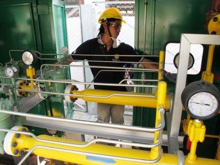 PASOKAN CUKUP: Petugas PGN melakukan pengecekan saluran jaringan gas.