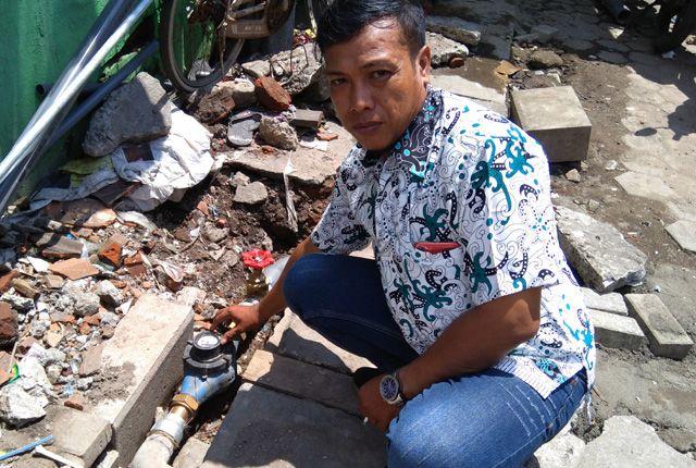 TAK LAGI KESULITAN AIR: Ketua RT 1 RW 8 Bubutan, Syafiq menunjukkan master meter yang telah terpasang di wilayahnya.