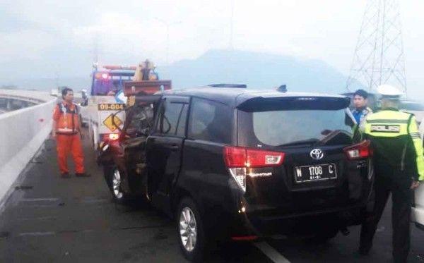 DIAMANKAN: Mobil Innova hitam usai menabrak truk di tol Sidoarjo.