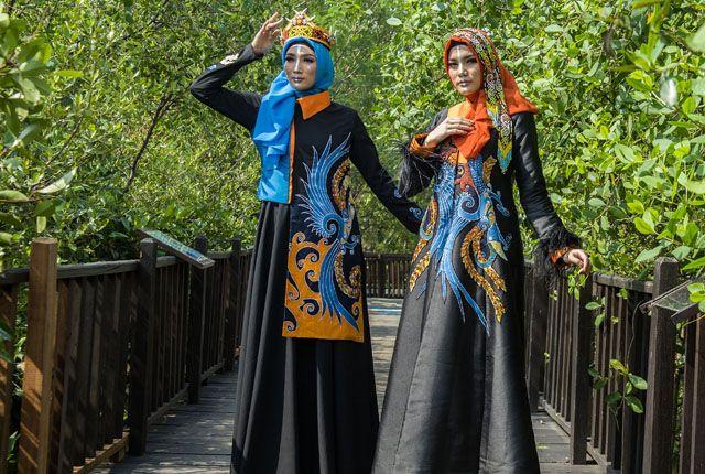 ETNIK: Model memperagakan busana batik bermotif khas Kalimantan di kawasan Ekowisata Mangrove, Wonorejo, Surabaya, Senin (25/3).