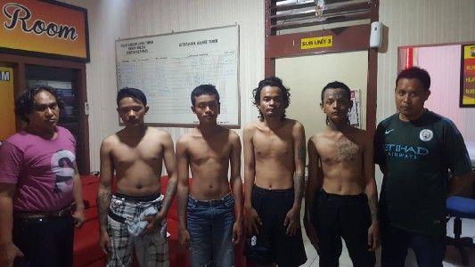 DIAMANKAN: Para tersangka pengeroyokan diamankan oleh anggota reskrim polsek Kebomas.