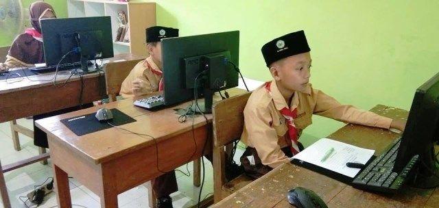 SERIUS : Para siswa sedang mengerjakan try out USBN di sekolahnya.