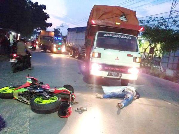 TKP LAKA: Korban tergeletak usai bertabrakan dengan truk di Jalan Wringinanom.