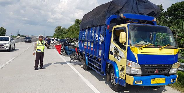 DIPINGGIRKAN: Truk dan mobil Innova diamankan pasca terlibat tabrakan.
