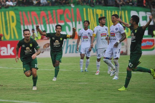 IMBANG: Pemain Persebaya Damian Lizio (kiri) melakukan selebrasi bersama rekan-rekannya setelah membobol gawang Arema FC dalam laga final leg 1 Piala