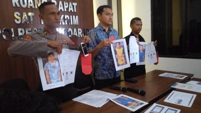 DARI JAUH: Kasat Reskrim Kompol M Harris menunjukkan foto tersangka dan barang bukti penipuan booking hotel online yang dikendalikan tiga napi Lapas B