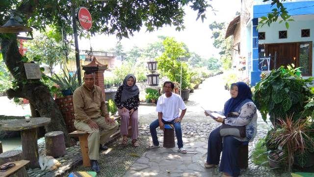 RINDANG: Warga sedang asik bercengkrama. Bantaran kali Dusun Bendo, Desa Tebel ini diharapkan menjadi pusat kegiatan intelektual.
