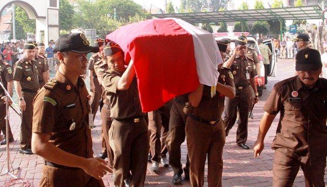 DIBAWA KE JAKARTA: Para rekan almarhum dan pejabat kejari Sidoarjo mengantar jenazah yang diberangkatkan ke rumahnya di Jakarta.