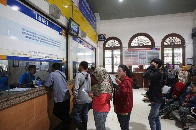 LEBIH MUDAH: Calon penumpang melakukan reservasi tiket di loket yang tersedia di Stasiun Gubeng, Surabaya.