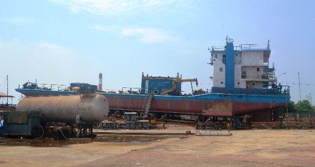 MAHAL: Sejumlah industri galangan kapal di Gresik mengeluhkan mahalnya harga plat baja.