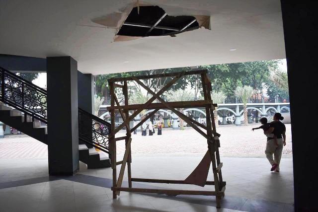LUBANG BESAR: Plafon gedung yang berada di tengah Alun-Alun Gresik terlihat berlubang akibat lantai 2 bocor.