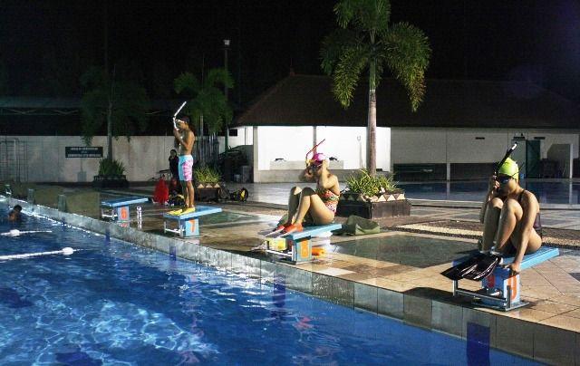 PERSIAPAN: Atlet saat akan memulai menyelam di kolam Petrokimia.