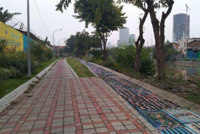 BELUM TUNTAS: Jogging track terbuat dari bahan sandal jepit bekas di bantaran sungai Kawasan Jalan Dinoyo sepi dan kurang diminati, Rabu (17/4).