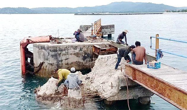 RUSAK: Proses perbaikan dermaga Bawean mengelamai kemoloran dari jadwal yang ditetapkan.