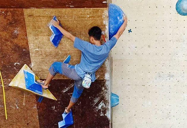OPTIMISTIS : Para atlet FPTI Gresik sedang latihan panjat tebing untuk mempersiapkan Porprov 2019.