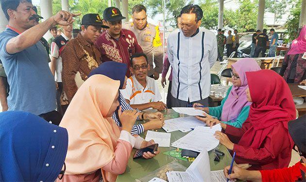 PANTAU: Bupati Sambari Halim Radianto saat memantau aktivititas pengamanan di Kecamatan Bungah.