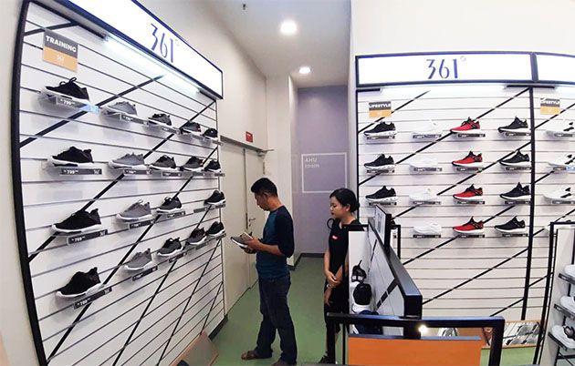 PELUANG : Sejumlah gerai sepatu agresif membidik segmen pasar.